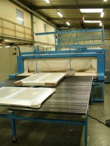 Alfatechnics Farbal krimpfolietunnel voor schrijnwerkerij producten.